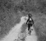 In bici per raggiungere il paesaggio dell'olio